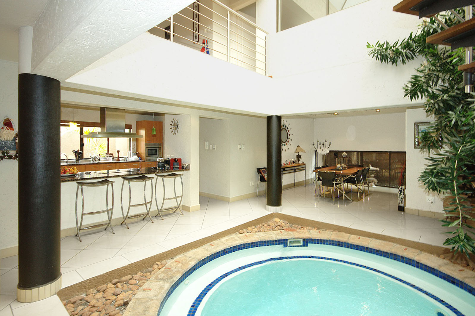Pool,kitchen & dinning room